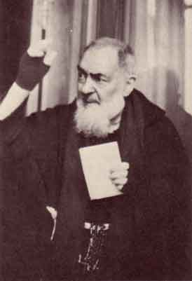 Padre Pio blessed the crowds